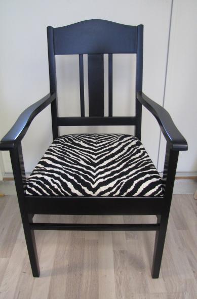 Funkistuoli. Puuosat katalyytti-musta, kangas zebra